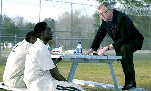 Charles Colson charla con dos internos en una prisión federal en Estados Unidos